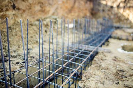 Fundación sitio del nuevo edificio, los detalles y los refuerzos con barras de acero y alambrón, la preparación para verter cemento Foto de archivo
