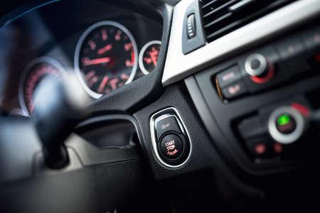車のクローズ アップは、起動し、停止ボタンをクリックします。ダッシュ ボードとコックピットの詳細と現代車のインテリア