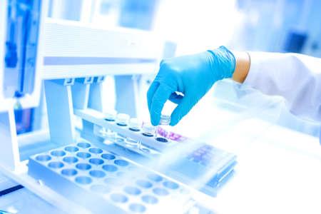 Wetenschapper met behulp van beschermende rover handschoenen voor het hanteren van gevaarlijke stoffen en experimenten