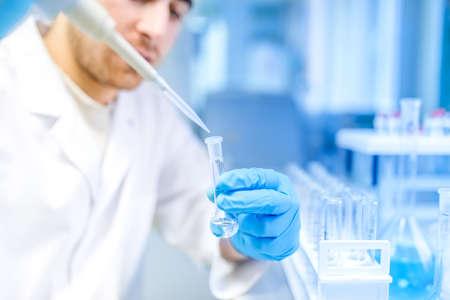 investigador cientifico: Cient�fico de sexo masculino el uso de la herramienta m�dica para la extracci�n de l�quido de las muestras en el laboratorio especial o sala m�dica