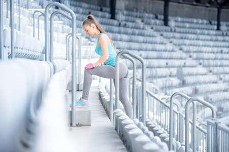 escalera: Mujer entrenador físico trabajando en las escaleras, la preparación para la formación - estiramiento y hacer sentadillas