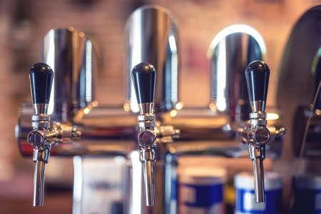 grifos: Grifo de cerveza en el restaurante, bar o pub. Close-up detalles de los proyectos de grifos de cerveza en una fila