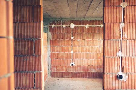 electricidad industrial: Cables eléctricos y tuberías de instalación de electricidad en sitio de construcción nueva casa.
