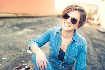 유행 갈색 머리 소녀, 미소 고립 된, 오렌지 배경 웃고. 소식통 소녀 미소를 카메라, 도시 생활
