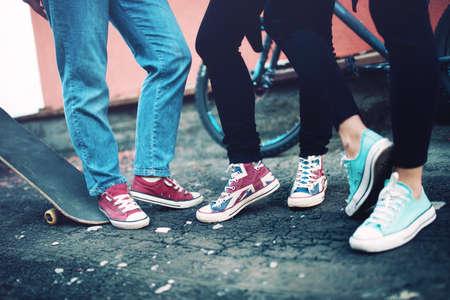 クローズ アップ現代衣類及び履物の都市生活、友人が着用しているモダンなスニーカーの