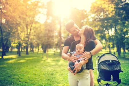 jeune fille: Bonne mère père étreindre et la tenue du nouveau-né dans les bras délicate. Bonheur au concept de famille