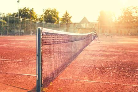 Close-up van klei tennisbaan op een zonnige zomerdag. Moderne levensstijl met sport en fitness informatie Stockfoto