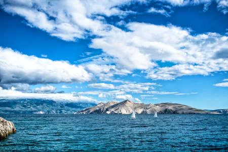 Île mer ou océan paysage, image Voyage de bateaux, ciel clair et l'eau. Cliffs et océan paysage