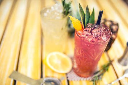 bebidas alcohÓlicas: fresa y piña bebida alcohólica, se sirve frío con hielo en el bar. Bebidas del coctel con la cal, la piña y el alcohol como bebidas de refresco en un día de verano Foto de archivo