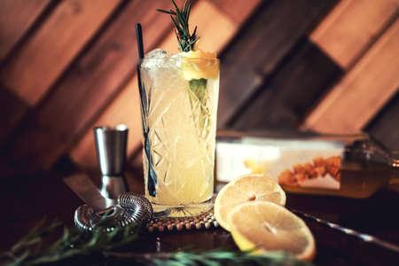 Gin-tonic alcoholische cocktail met limoen en ijs, diende als verfrissing drinken in de plaatselijke pub. Partij voorgerecht, het nachtleven levensstijl