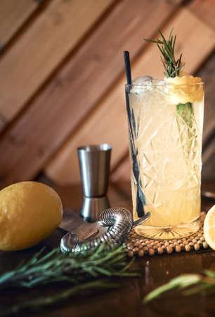 cocteles de frutas: ginebra y tónica en copa de cóctel bar, restaurante o discoteca. Refresco copa de cóctel se sirve frío