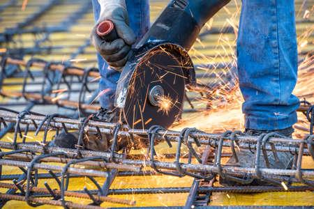 molinillo: Close-up detalles de trabajador ingeniero de la construcción de corte de acero y barras de acero reforzado en obras de construcción