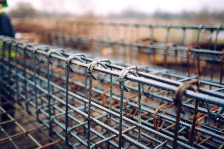 rejas de hierro: barras de refuerzo barras de acero, barras de refuerzo de hormigón con alambrón utilizado en la base de la obra de construcción Foto de archivo