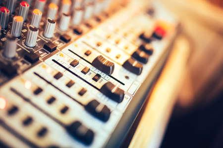 Primer plano de botón mezclador de música, ajuste de volumen. Mezclador de la música de producción, herramientas de ajuste