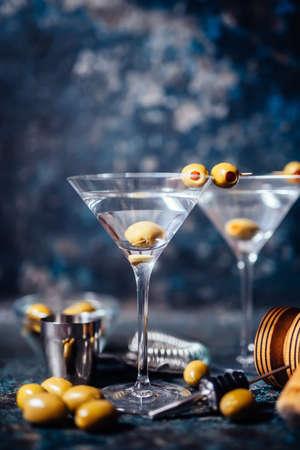 Droge wodka martini, gin tonic cocktail geserveerd in het restaurant, cafe en een bar. Lang drankje cocktail begrip Stockfoto