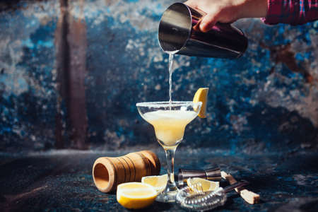 whisky: Bartender versant margarita de lime frais dans le verre de fantaisie au restaurant