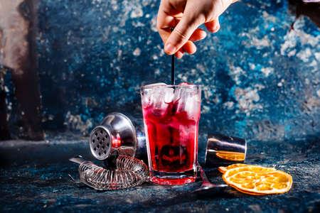 bebidas alcohÓlicas: mezcla alcohólica cóctel en el bar o pub camarero. bebidas y refrescos en el restaurante Foto de archivo