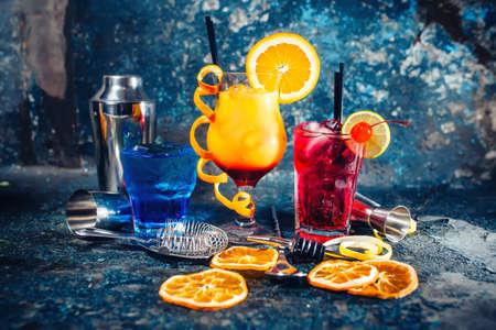 bebidas alcohÓlicas: bebida alcohólica que se sirve frío como barras, bebidas y refrescos con guarnición