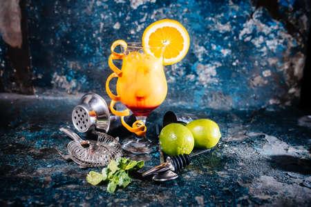 vaso de jugo: cóctel de naranja con la cal y vodka. bebida alcohólica bebida con cal, limones y hielo sirve frío en el restaurante