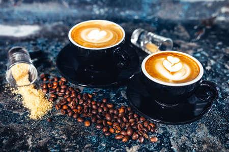 kafe: Latte art on espresso coffee. Black coffee served in bar
