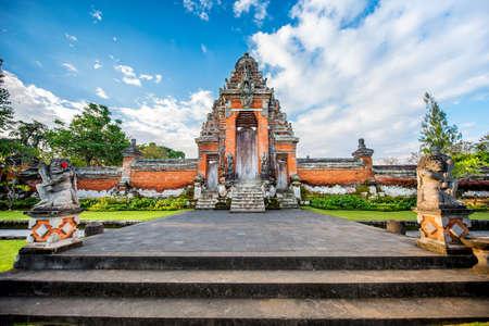 hinduismo: lugar especial para el culto, hinduismo religión. Templos de Bali, Indonesia en la puesta del sol Foto de archivo
