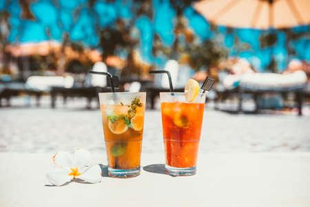 Gin-tonic alcoholische cocktail met ijs en mint en mojito cocktail drinken koud geserveerd in de bar van het zwembad. Cocktail drankjes geserveerd in het restaurant, café of bar Stockfoto