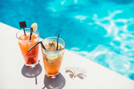 zwembad symmetrische cocktails koud geserveerd in de bar van het zwembad met mojito en gin-tonic limonade Stockfoto
