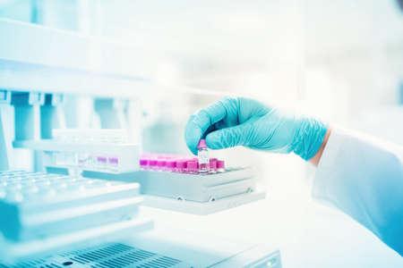scientifique professionnel tenant un échantillon d'expérience en milieu pharmaceutique. gros plan de détails médicaux