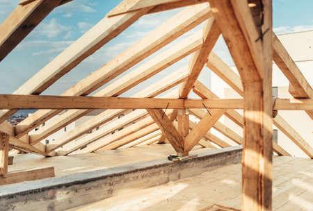 Architecturale details van binnen van zolder, houten daksysteem bij bouwwerf