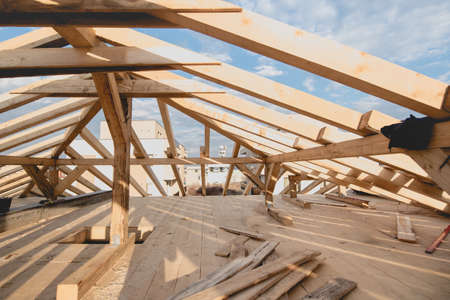 roof beam: Construction details - framing installing the roof truss system