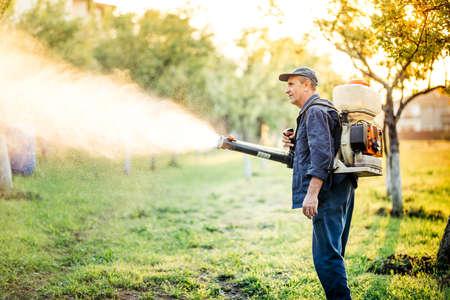 Industriële werknemer die pestbestrijding doet met behulp van insecticide