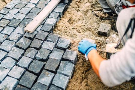 建設労働者の詳細。舗装道路や花崗岩の石で歩道の建物 写真素材 - 88930649