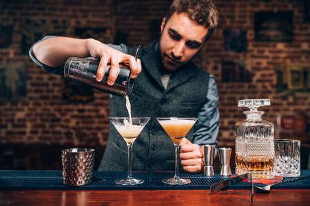 Barkeeper, der professionelle Cocktails herstellt. Details von alkoholischen Getränken und Getränken in der Kneipe oder Bar Standard-Bild