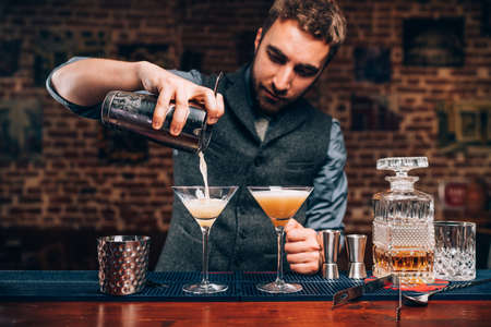 Barman maakt professionele cocktails. Details van alcoholische dranken en dranken in een pub of bar Stockfoto