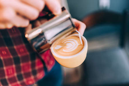 Details of barista, close-up coffee latte art in coffee shop Stockfoto