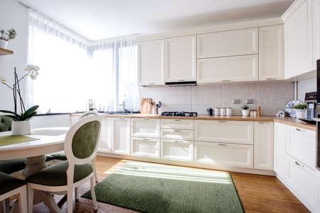 Interior de cocina maravilloso con luz natural y muebles de madera modernos. Pisos de madera noble y electrodomésticos modernos