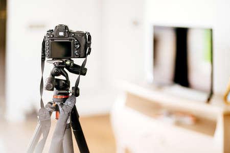 Detalles de diseño de interiores: cámara réflex digital profesional para fotografiar muebles y detalles de diseño