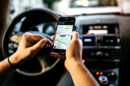 GPS y mapa en línea al destino de la ruta. Hombre usando conexión de red para rastreo gps Foto de archivo