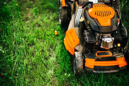 Détails de l'entretien du jardin et de l'herbe - vue rapprochée de la tondeuse à gazon, détails de la tondeuse à gazon