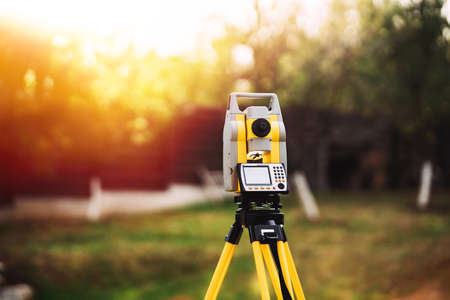 surveyor engineering equipment with theodolite and total station in a garden 版權商用圖片