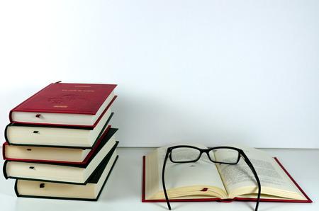 libros abiertos: Abrir los libros y gafas de lectura