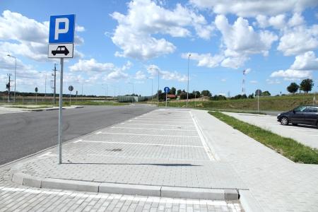se�al parking: Estacionamiento vac�o cerca de la autopista, la autopista E7, Polonia