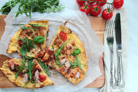 smithereens: Eggs omelet with tomatoes, tuna and fresh rucola salad