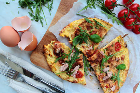 smithereens: Delicious egg omelet with fresh rucola salad and tomatoes Stock Photo