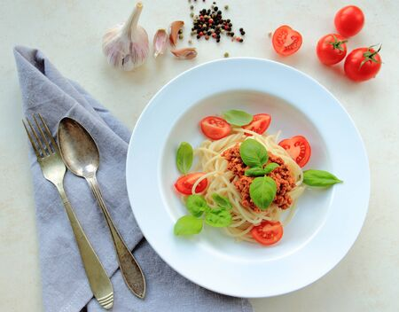 tomate: Italian spaghetti pasta with meat in tomato sauce on a white plate Banque d'images