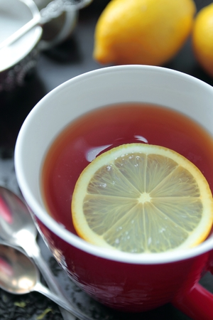 vapour: Hot tea with lemon in red mug