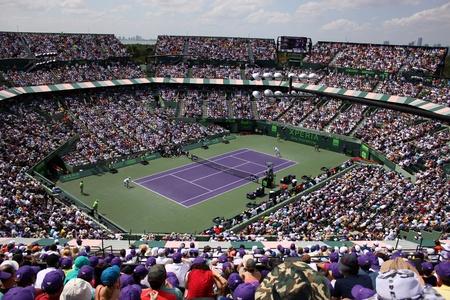 tennis stadium: Miami, EE.UU. - 1 de abril de 2012: Cancha de tenis en Sony Ericsson Open en Miami, EE.UU.. Novak Djokovic derrota a Andy Murray por 6-1, 7-6 (4) al triunfo por tercera vez en el Crandon Park. Editorial
