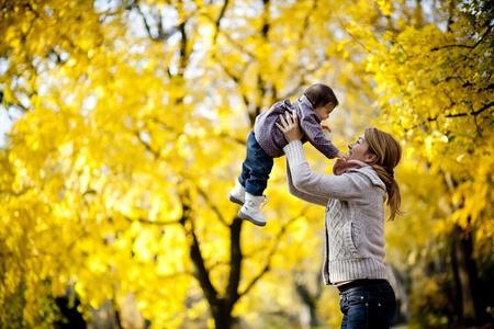 mama e hija: Madre y beb� en el bosque de oto�o Foto de archivo