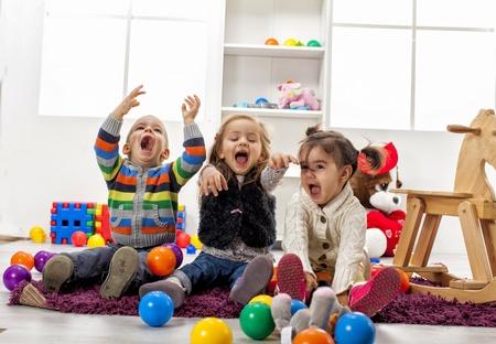 Niños jugando en la sala de Foto de archivo
