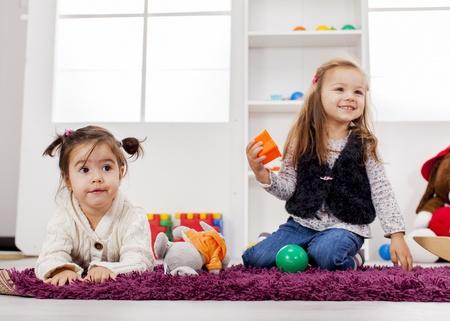 ni�as jugando: Ni�as jugando en la habitaci�n Foto de archivo